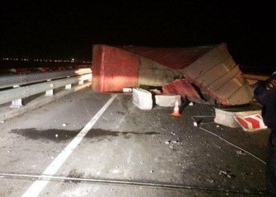 Опрокинулся грузовик, врезавшись в ограждение на трассе м4