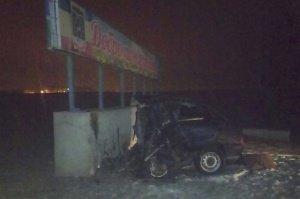 В Белой Калитве водитель автомобиля ВАЗ-2114 врезался в бетонное основание стелы, которая стоит на въезде в город со стороны Заречного