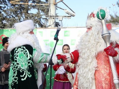 Два Деда Мороза около городской елки ввели в ступор ростовских школьников