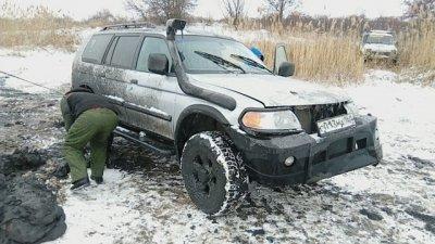 Mitsubishi Pajero, угодивший в пруд, вытаскивали 2 трактора и 2 эвакуатора под Таганрогом