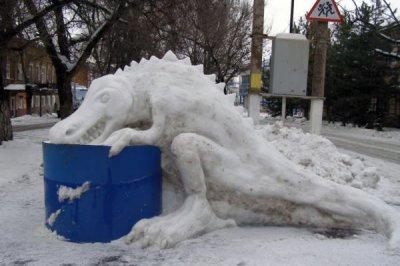 1,5-метрового миньона вылепил из снега пожарный в Новочеркасске