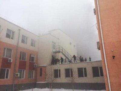 Из горящего лицея эвакуируют детей по автолестницам в Ростове