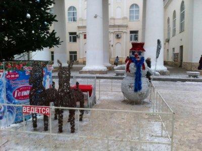 На площади Театральной у елки появился снеговик и сани с оленями