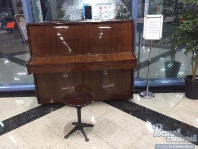 На ростовском железнодорожном вокзале пассажиры могут сыграть на пианино