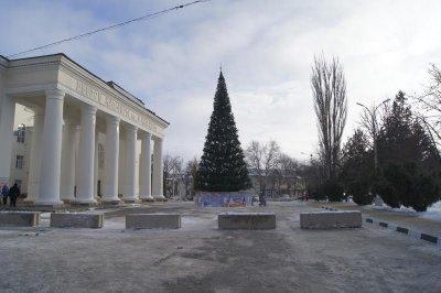 В Белой Калитве площадь Театральная перекрыта бетонными блоками