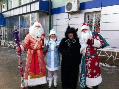 На улицах Белой Калитвы появились Дед Мороз и Снегурочка