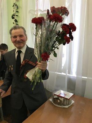 Ученики белокалитвинской школы №2 поздравили ветерана Великой Отечественной войны