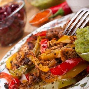 """Мексиканское блюдо """"Фахитас"""" с курицей и фасолью"""