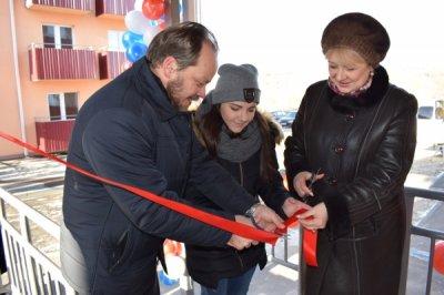 В Белой Калитве ключи от квартир получили 30 детей-сирот и 75 семей, переселенных из аварийного жилья