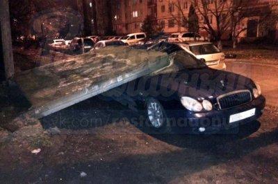 В Ростове припаркованный Hyundai раздавила бетонная плита