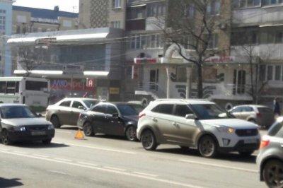 На Ворошиловском из-за столкновения трех авто образовалась пробка