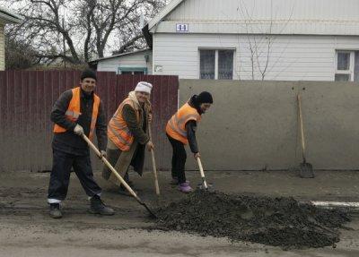Началась весенняя уборка городских улиц от зимнего мусора в Белой Калитве