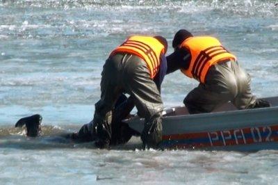 Спасатели помогли тонущему в 500 метрах от берега рыбаку выбраться из воды