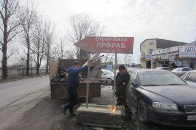 В Ростове баграми и газовыми горелками уничтожили рекламные конструкции