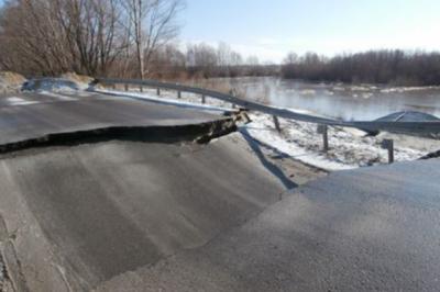 В Милютинском районе из-за паводка провалилась дорога