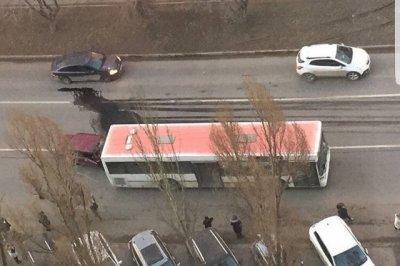 На Королева столкнулись ВАЗ-2105 и автобус Mercedes, хозяин легковушки госпитализирован