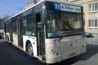 На голову пассажирки в автобусе №71 упал люк