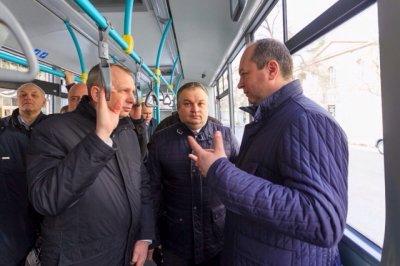 Виталий Кушнарев прокатился на экологически чистом автобусе