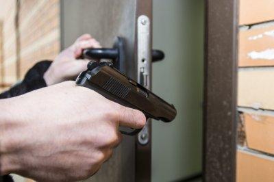 Мужчина с пистолетом напугал сотрудника ростовской гостиницы
