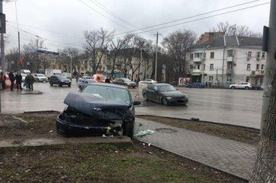 В Ростове Mazda столкнулась с BMW: трое человек пострадали
