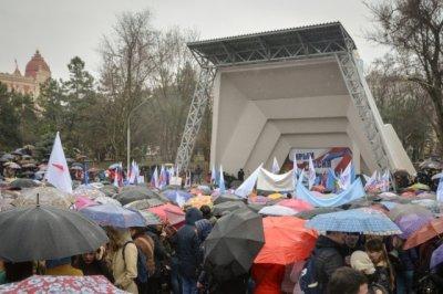 Третью годовщину вхождения Крыма в Россию ростовчане отметили под дождем