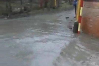 Из-за дождя и канализационных сбросов на Западном затопило улицу