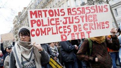 В Париже тысячи демонстрантов протестуют против насилия полиции
