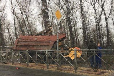 Двое погибли на левом берегу из-за падения дерева на КАМАЗ