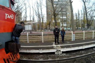 В Ростове зацепер снял на видео экстрим на троллейбусе