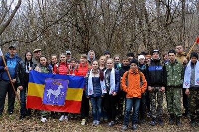 Юные казаки Ростовской области убирают мусор в донских лесах