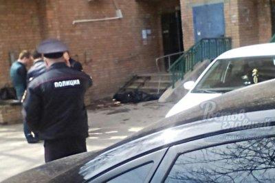 В Ростове из окна многоэтажного дома выпал мужчина