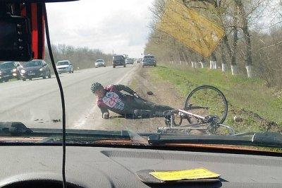 Профессиональный велогонщик попал под машину на донской трассе