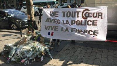 В Париже к месту убийства полицейского несут цветы
