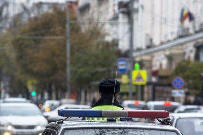 В Ростовской области на трассе перевернулся автомобиль