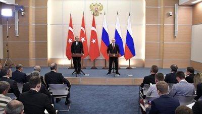 Евросоюз не приостановит переговоры о вступлении Турции в ЕС, пока Анкара сама не откажется от этого, заявил глава кабинета председателя ЕК Жан-Клода Юнкера Мартин Зельмайр.