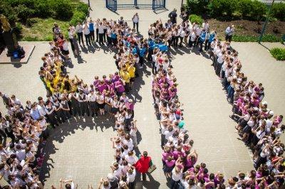 Школьники устроили флешмоб в честь юбилея старейшего района Ростова
