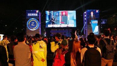 Мун Чжэ Ин к полуночи лидирует на президентских выборах в Южной Кореи