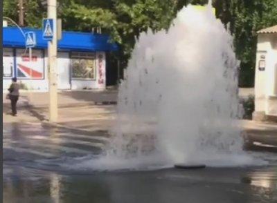 Коммунальный фонтан залил водой Театральную площадь в Ростове