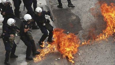 В Греции анархисты забросали