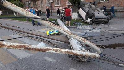 В Ростове после столкновения с Porsche легковушка въехала в столб: четверо пострадали