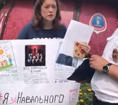 Ростовчанка устроила одиночный пикет в защиту Навального