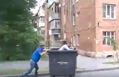 Двое ростовчан превратили мусорный бак в аттракцион на колесах