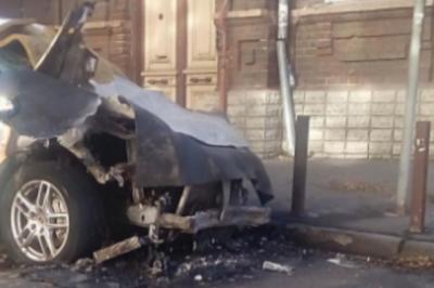 В Ростове на 29-й линии подожгли Porsche Cayenne