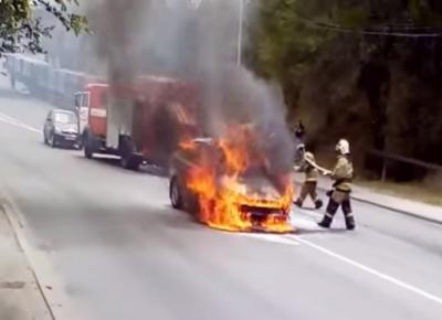 В Ростове после ДТП загорелся Ford Focus