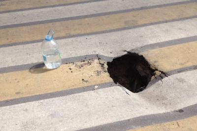 В центре Ростова посреди пешеходного перехода провалился асфальт