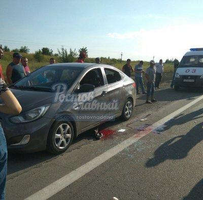 На трассе под Ростовом мужчина в полицейской форме расстрелял машину с двумя людьми
