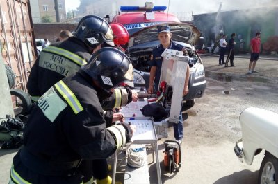 Спасатели потушили горящий автосервис в Пролетарском районе