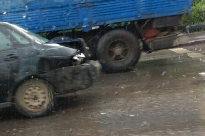 Столкновение двух автомобилей на пересечении Космонавтов и Комарова спровоцировало серьезную пробку в Ростове