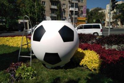 В Ростове появились восемь цветочниц в виде футбольных мячей