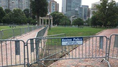 В Бостоне участников акции за свободу слова вывели из кольца антифашистов
